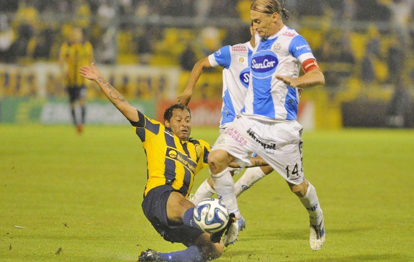 El Sapito Encina lucha una pelota con el Polaco Bastía.
