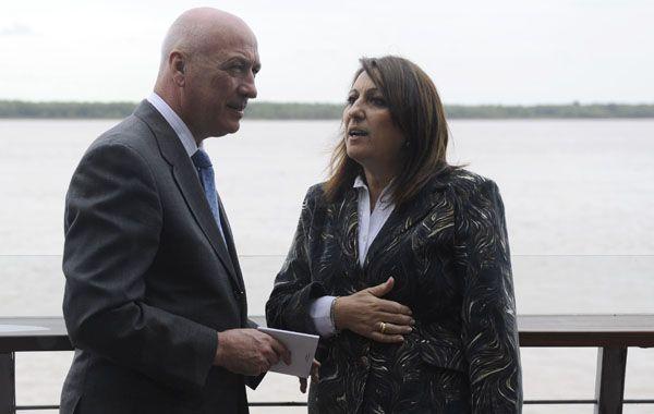 La intendente junto al gobernador.