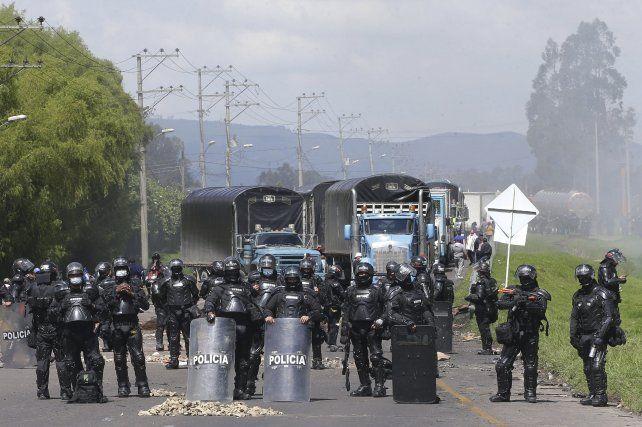 Bloqueos de ruta con fuerte presencia policial en una ruta del interior de Colombia.