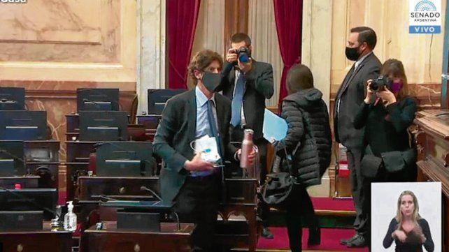 Retiro. Senadores de Cambiemos se retiran del recinto de sesiones.