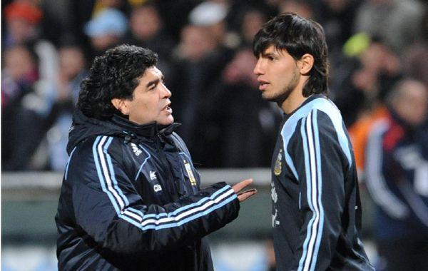 Maradona dialoga con el Kun Agüero en épocas de entrenador de la selección.