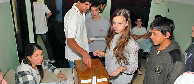 A las urnas. El voto de los jóvenes de entre 16 y 18 años está en el centro de la polémica.