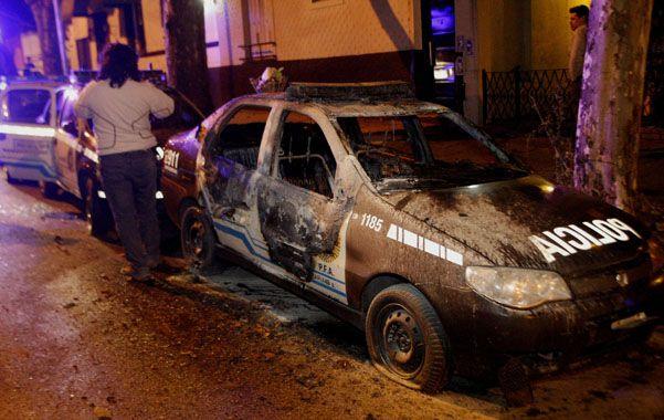 Ira en la madrugada. Familiares y amigos de Eric Ponce atacaron la comisaría 49ª y quemaron 14 patrulleros.