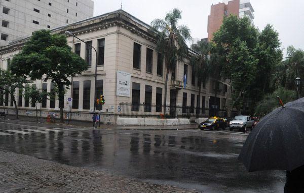 """Los alumnos de la Escuela Secundaria Nº49 """"Gral. J.J. Urquiza"""" protestaron y abandonador el establecimiento. (Foto: S: Toriggino)"""