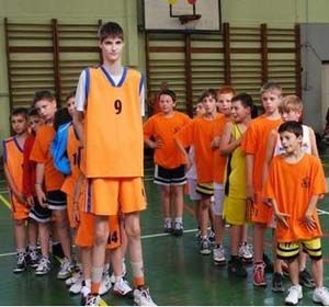 Un gigante rumano de tan sólo 13 años causa sensación con sus 2,23 metros y sueña con llegar a la NBA