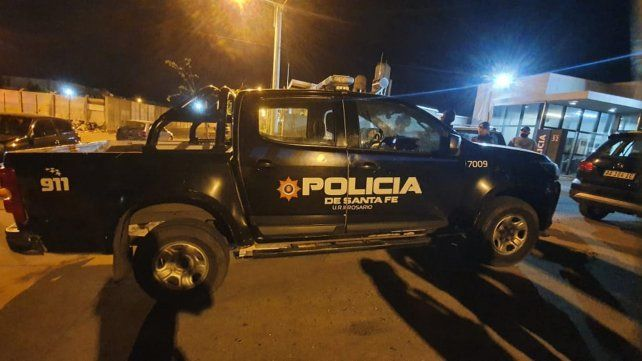 Uno de los móviles baleados el martes a la noche frente a la seccional de barrio Godoy.