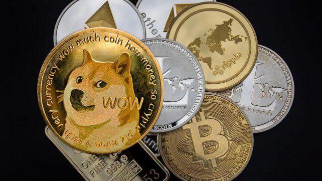 Moneda Dogecoin junto a otras criptomonedas del mercado