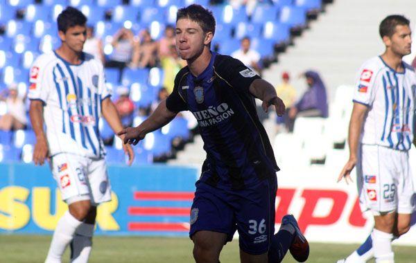 El juvenil Luciano Vietto desata el grito de gol que le dio el triunfo a la Academia.