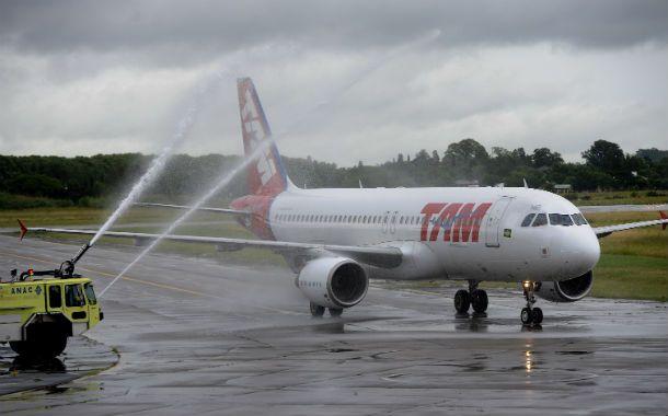 Bautismo. Los Airbus 320 de TAM comenzaron a volar a Rosario en enero de este año. El vuelo inaugural fue rociado con agua a modo de bautismo. (Foto: F. Guillén)