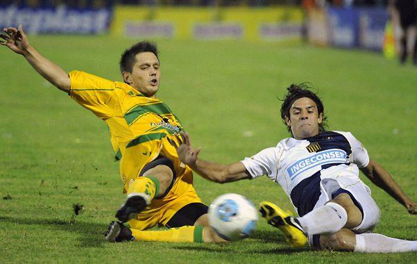 Diego Lagos va con vehemencia al piso tratando de ganar el balón