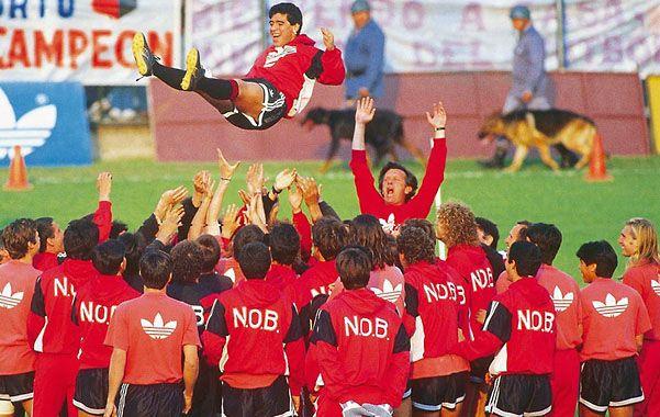 Postal inolvidable. El Indio Solari y sus muchachos tiran por el aire a Diego.