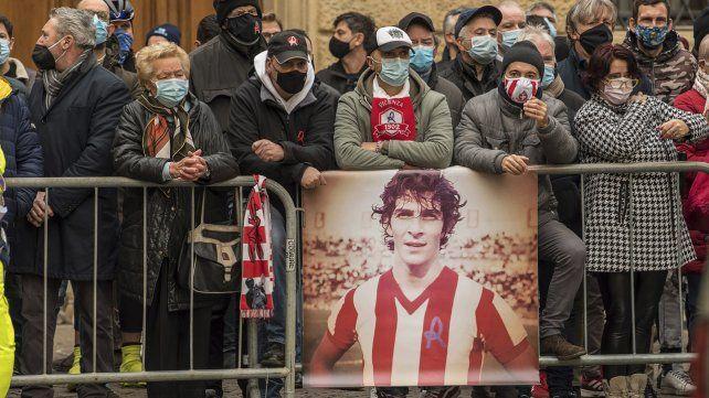 Cientos de hinchas mostraron una imagen de Paolo Rossi con la camiseta del Vicenza durante el paso del cortejo fúnebre.