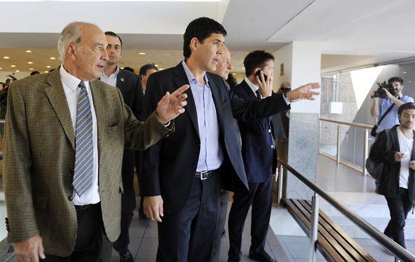 Recorrida. El funcionario nacional y otras autoridades en el primer piso del aeropuerto.