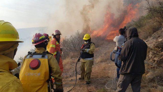 La cumbre. Un frente de llamas donde trabajaron los bomberos.
