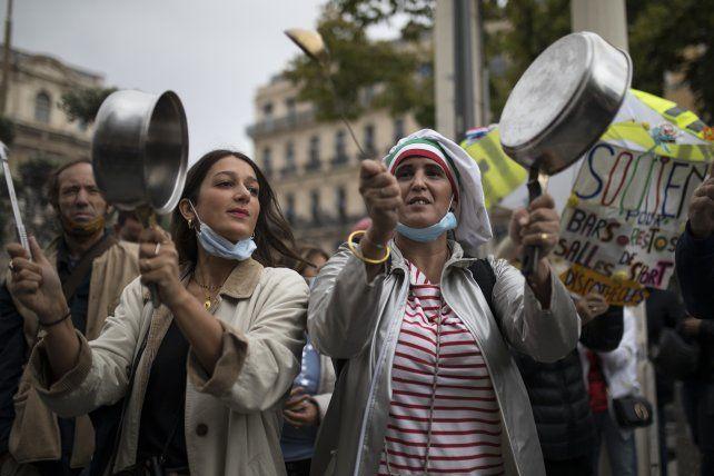 Enojo gourmet. Dueños de restaurantes y cocineros protestan en París contra las restricciones que les impone el Gobierno.