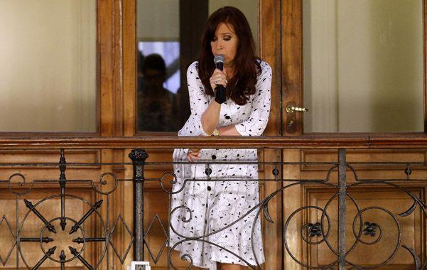 Desde el balcón. La presidenta convocó al acto de hoy a agrupaciones K.
