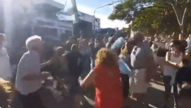 Incidentes entre opositores y oficialistas en las inmediaciones de la quinta de Olivos.