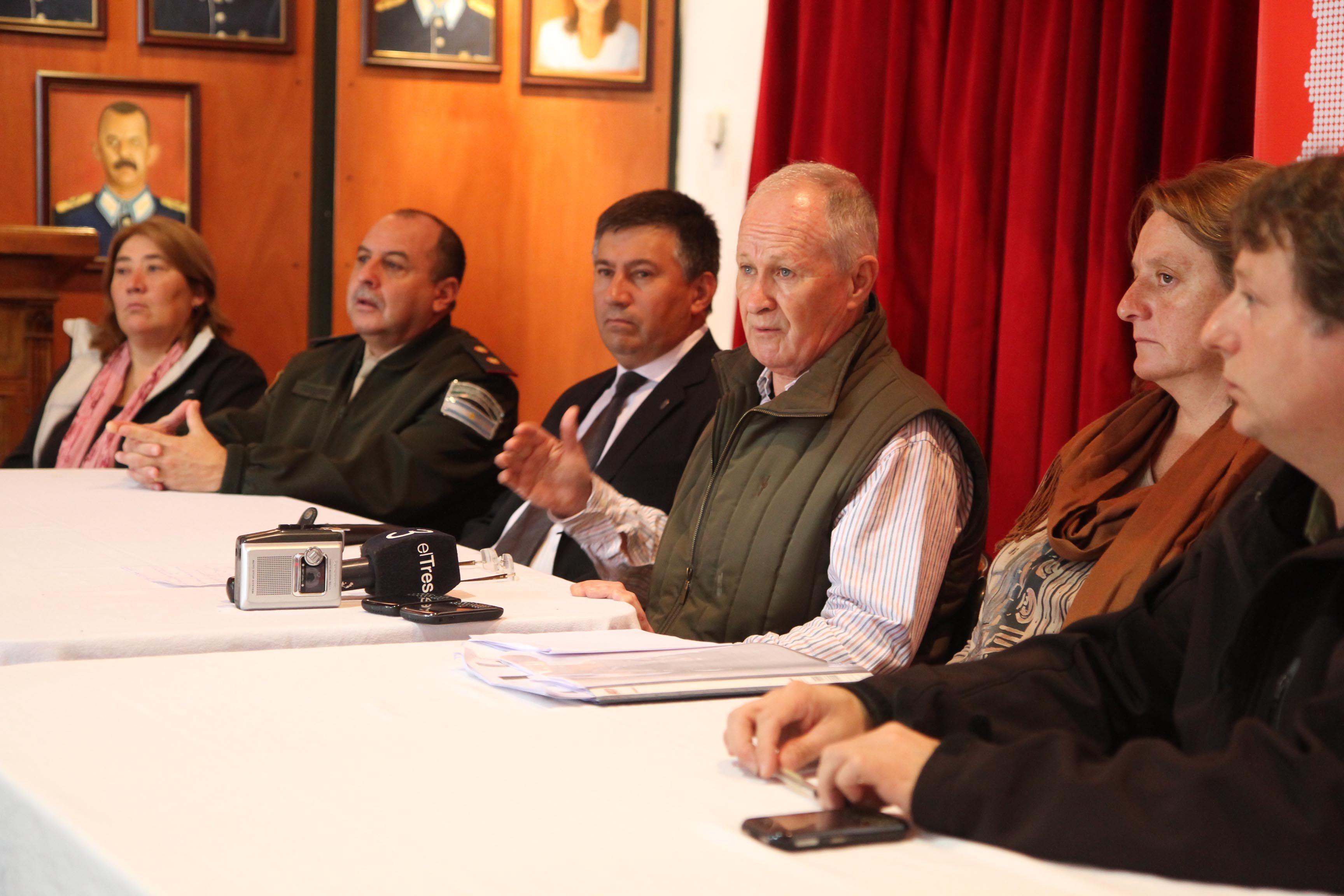 El ministro Lamberto junto a Viglione y al resto de las autoridades durante la conferencia de prensa.