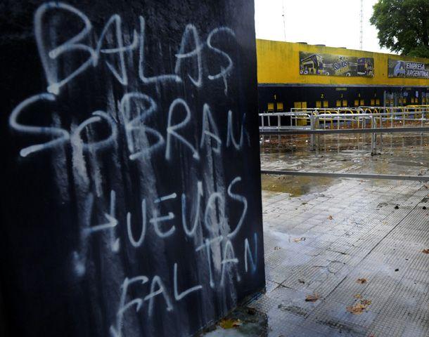 Las pintadas aparecieron esta mañana en la zona de las boleterías del Gigante. (Foto: F. Guillén)