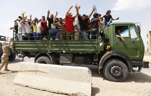 Al combate. Entusiastas hombres shiítas apenas enrolados parten hacia un regimiento en la zona de Bagdad.
