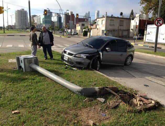 El Ford Focus realizó una mala maniobra al esquivar una bicicleta y chocar el poste.