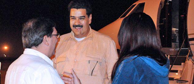 Llegada. Maduro (centro) es recibido por el canciller cubano en La Habana. Viajó para visitar a Chávez.