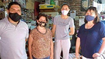 Marcelo, Marisa y Marcela, junto a Marcia Blanco en Alto Verde a quien le entregaron donaciones para ser distribuidos en la red de merenderos protegerte de Santa Fe