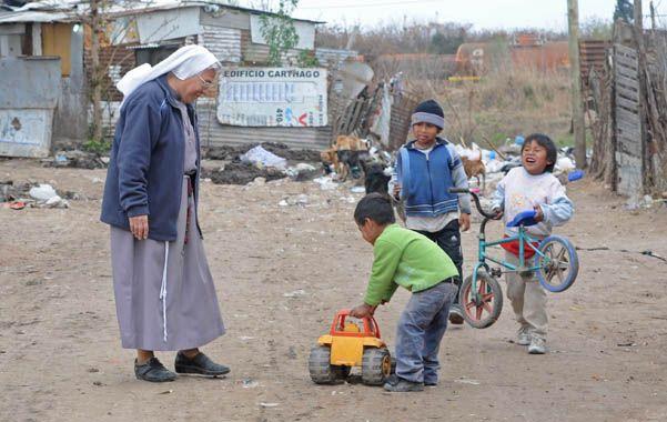 En la villa. La religiosa recorre la zona donde abundan las carencias. (foto: Silvina Salinas)