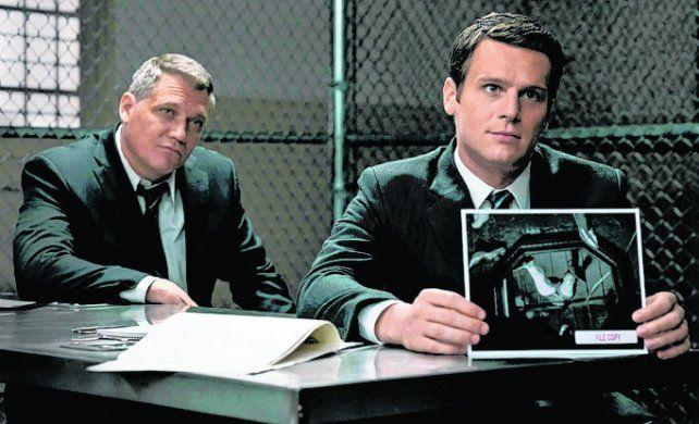 mentes oscuras. Dos agentes estudian el perfil psicológico de los criminales.