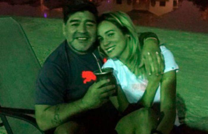 Maradona se sacó fotos tomando mate junto a su novia Rocío Oliva.