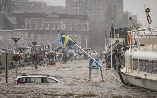 Un automóvil flota en el río Mosa durante las fuertes inundaciones en Lieja