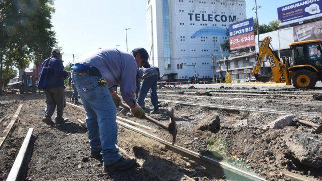 En acción. Los operarios de la empresa NCA trabajaban ayer en el estratégico cruce que une el centro con la zona norte de la ciudad.