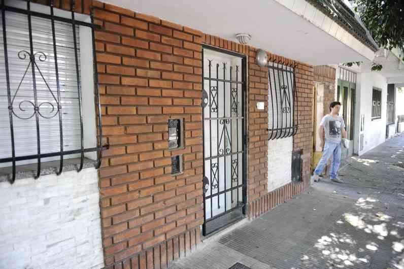 El frente de la vivienda ubicada en Anchorena 87 bis ya había sido blanco de las balas en otros ataques. (Foto: A.Amaya)