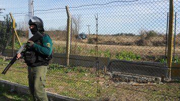 Los cercos perimetrales de la cárcel de Piñero fueron cortados con amoladoras y así se logró la fuga de ocho reclusos de los cuales tres siguen prófugos.