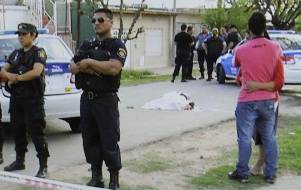 Cadáver. El cuerpo del muchacho quedó tendido en medio de la calle.