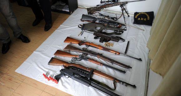 Descubren mini arsenal de armas largas dentro de un auto en barrio La Tablada