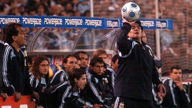 Maradona juega con la redonda. Argentina vs.  Brasil, septiembre de 2009