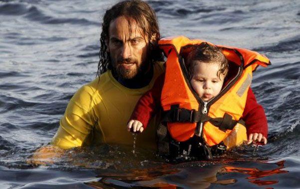 Nicolás Migueiz Montan decidió trasladarse a la isla de Lesbos para rescatar refugiados.