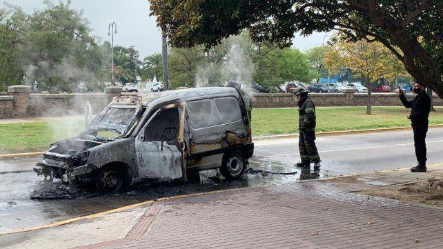 Explotó y se incendió un utilitario en la Costanera Central