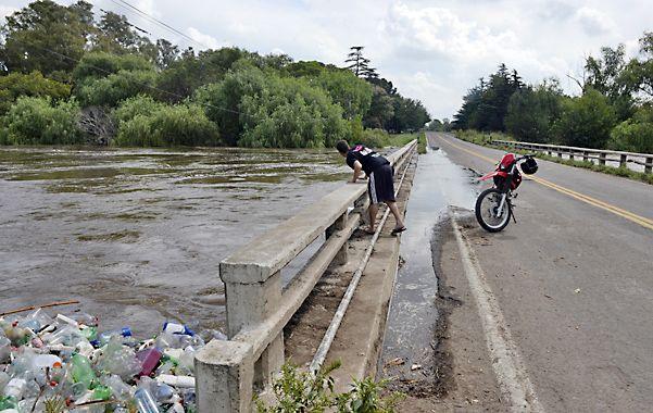 El agua y la basura en el puente. El caudal del río Carcarañá creció ante la llegada de agua proveniente del sur provincial y de Córdoba.