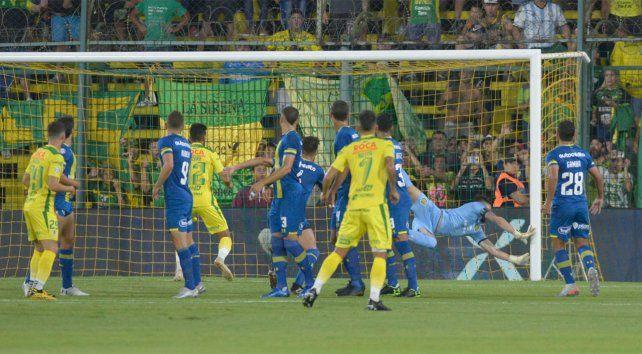 Sin defensa. Los canallas levantan las manos pidiendo offside en la jugada del segundo del halcón.