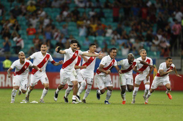 Perú sorprendió a Uruguay en un polémico partido y se metió en semifinales