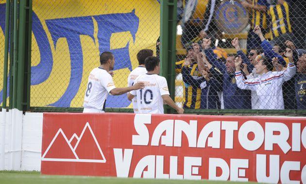 A los 41 fue el gol de Coniglio que lo celebró con los hinchas que viajaron a Florencio Varela. Foto: Marcelo Bustamante