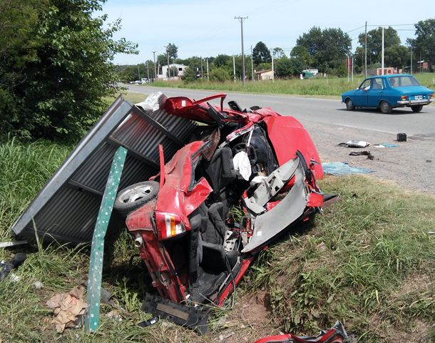 El coche impactó de lleno contra una garita. (Foto: S. Suárez Meccia)