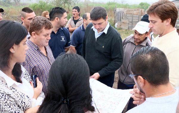 Recorrida. El secretario de Hábitat dialogó con los vecinos por los trabajos que se están realizando en el barrio.