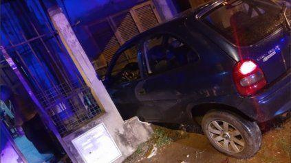 Un auto se incrustó contra una vivienda ubicada en Batle y Ordóñez y Dorrego, en zona sur.