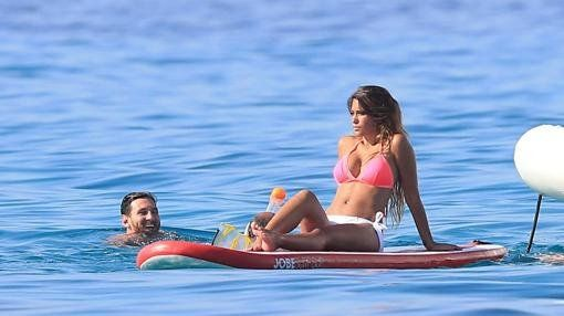 Leo descansa ajeno a la polémica junto a su mujer.