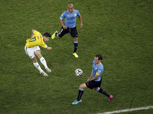 James Rodríguez ya sacó el zurdazo que se convertirá en el primer tanto colombiano. (Foto: AP)