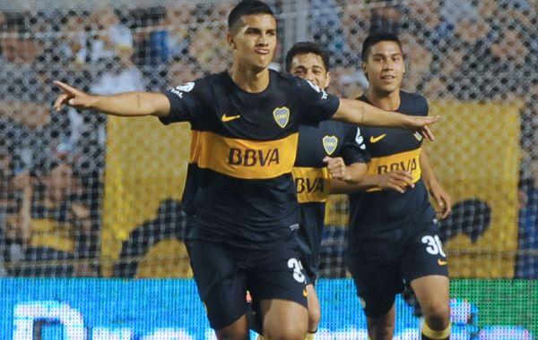 El juvenil Leandro Paredes festeja uno de sus dos goles ante Racing.