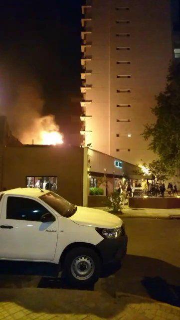 El fuego se habría desencadenado en el sector de parrillas.